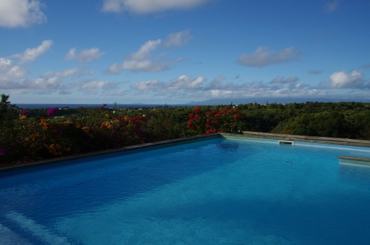 Bungalow location vacances sainte anne guadeloupe for Piscine bois 8x5