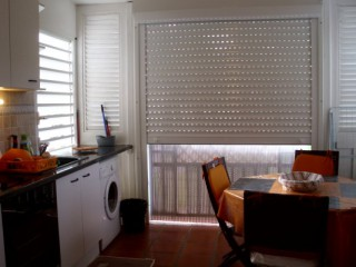 Location Appartement Guadeloupe - coin cuisine avec volet roulant