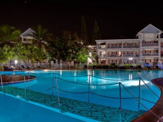 Location Appartement standing Guadeloupe - piscine de nuit
