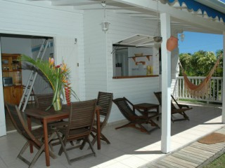 Location Bungalow Guadeloupe - Terrasse avce une table et 4 chaises