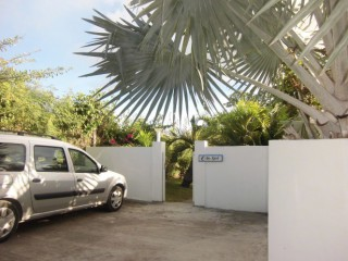 Location vacances Villa Saint-François: parking ...<br />